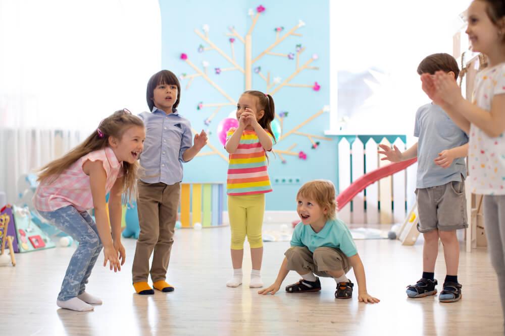 dzieci w przedszkolu zabawa ruchowa